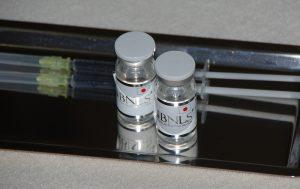 BNLS小顔注射のバイアル2本と注射器2本の写真です。