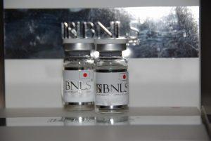 BNLS小顔注射のバイアルの写真です。10mlの透明なバイアルに透明なBNLSの薬剤が入ってます。ラベルは白地に銀色の文字でBNLSと書かれてます。日本仕様なので日の丸が描かれてます。
