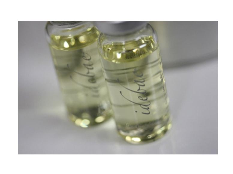 イデバエの薬剤のバイアルが2本写っている画像です。イデバエの薬剤はやや黄色みがかかった透明な液体です。