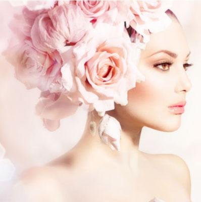 アリア六本木クリニックのトップページ画像です。頭に大きなピンク色のバラの花束をかぶった白人女性のが左を向いている肩から上が写った画像です。