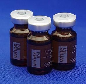 注射でシミを消すホワイトイン注射のバイアルが3本写っている画像です。茶色の遮光バイアルに入っています。