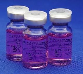 水光注射に使われるアップグレードのバイアルが3本写った画像です。透明なバイアルの中にピンク色の薬剤が入っています。