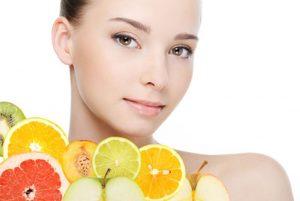 超高濃度ビタミンCイオン導入を行って美肌になった女性のイメージ画像です。新鮮さを表すためにフルーツがカットされた画像が配置されてます。
