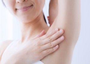 医療レーザー脱毛をしてわきの下がスベスベになった女性のイメージ画像です。
