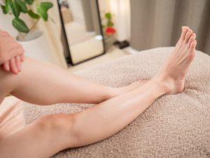 医療レーザー脱毛をして、ムダ毛の無くなったスベスベ肌の女性の下腿の画像です。